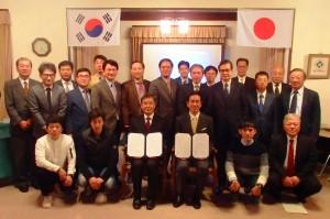覚書を示す森下市長と韓総長ら日韓の関係者