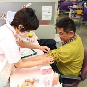 献血に協力する産経新聞五條専売所長の坂口昌義さん