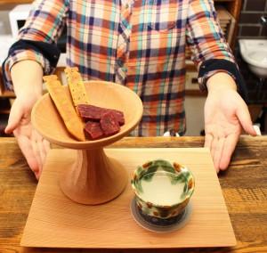 お酒は奈良三彩風の器で提供、また奈良時代に食べられていたとされる干し肉や木簡の形をしたおつまみもある