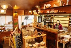 奈良にゆかりの雑貨や書籍などが並ぶ店内