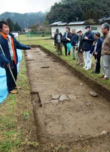 奈良時代の石組み溝底石が出土した現場