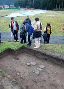 奈良時代の施設の西端の可能性がある石組み溝の底石が出土した現場