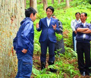 林業従事者から話を聞く小泉進次郎氏(左から2人目)=川上村