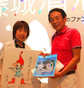 5万人目の入館者となった山本正子さん(左)