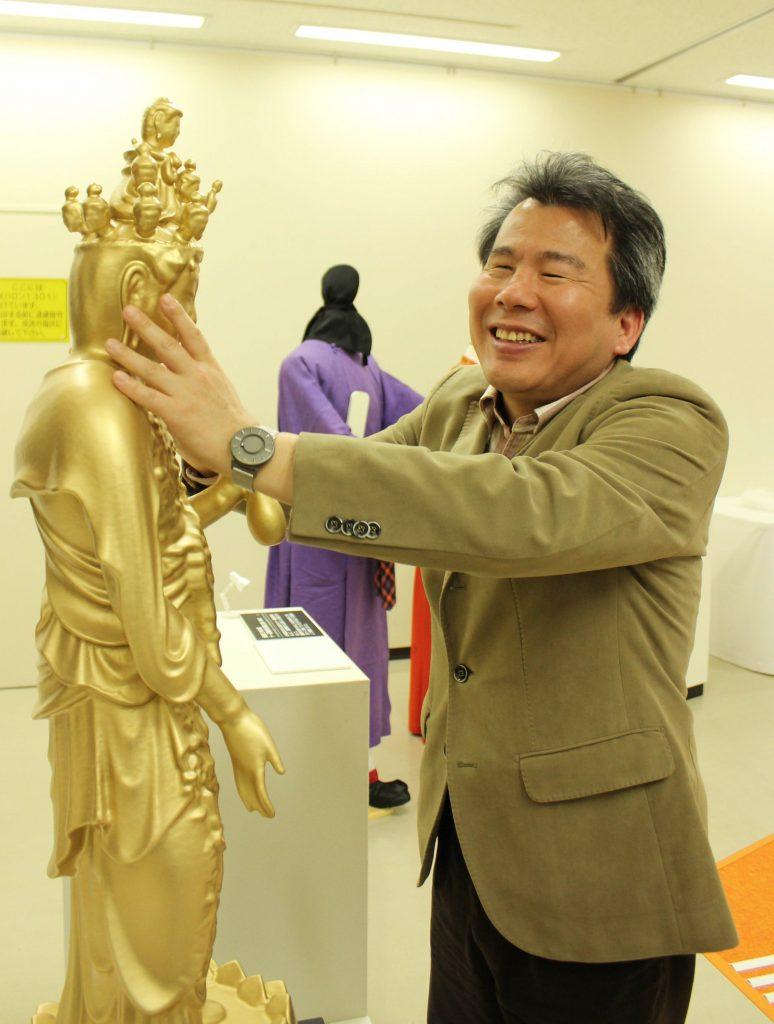 海龍王寺本尊の十一面観音菩薩立像の模造に触る広瀬浩二郎さん