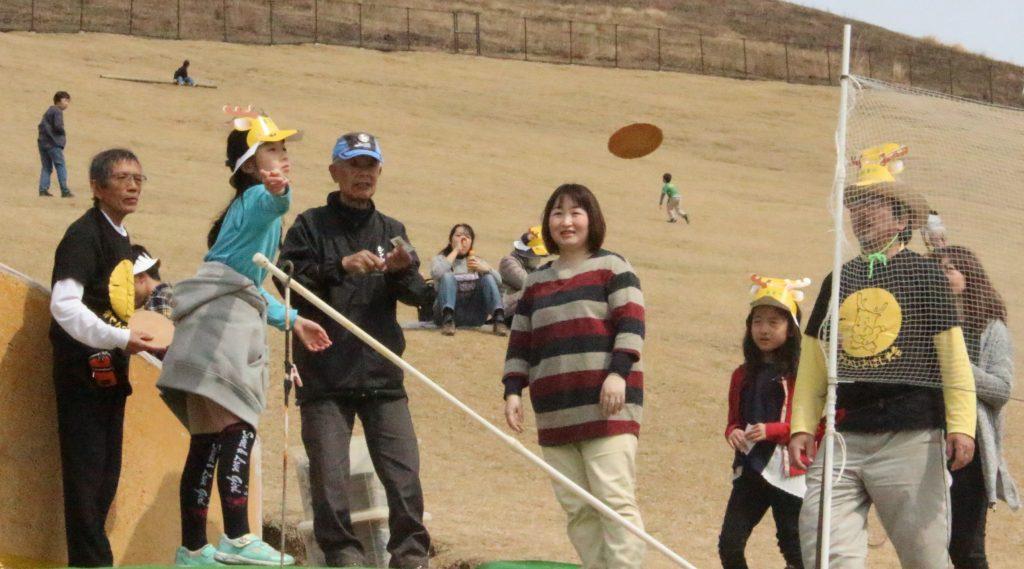 参加者は鹿せんべいを投げて、距離を競った