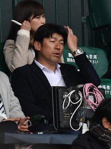後輩のプレーをネット裏で観戦する元DeNAの三浦大輔さん=甲子園