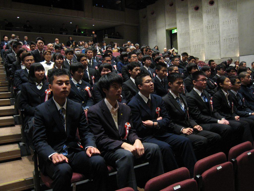 緊張した面持ちで激励会に臨む自衛隊入隊、入校者=奈良市のならまちセンター