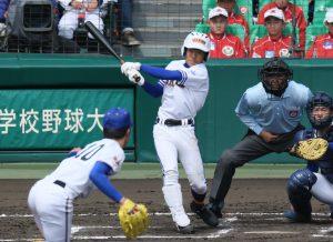 六回、高田商の山崎が適時二塁打を放つ=甲子園