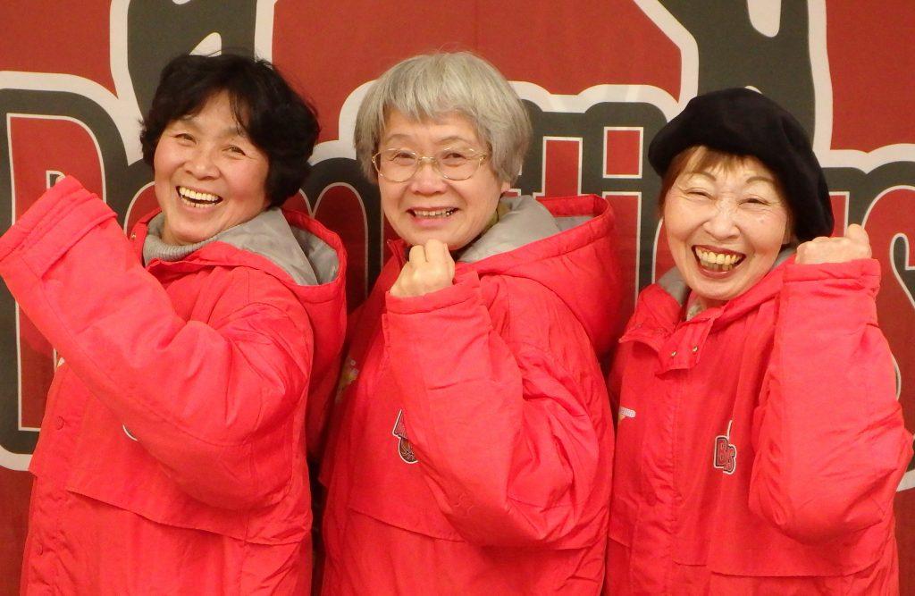 ポーズをとる(右から)上新さん、竹内さん、相澤さん