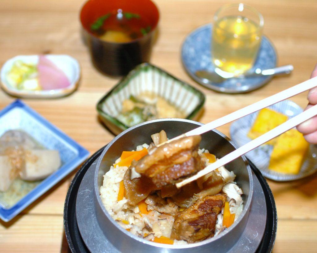 ヤマトポーク角煮の釜めしセットは小鉢3品、漬物、味噌汁、デザートが付く