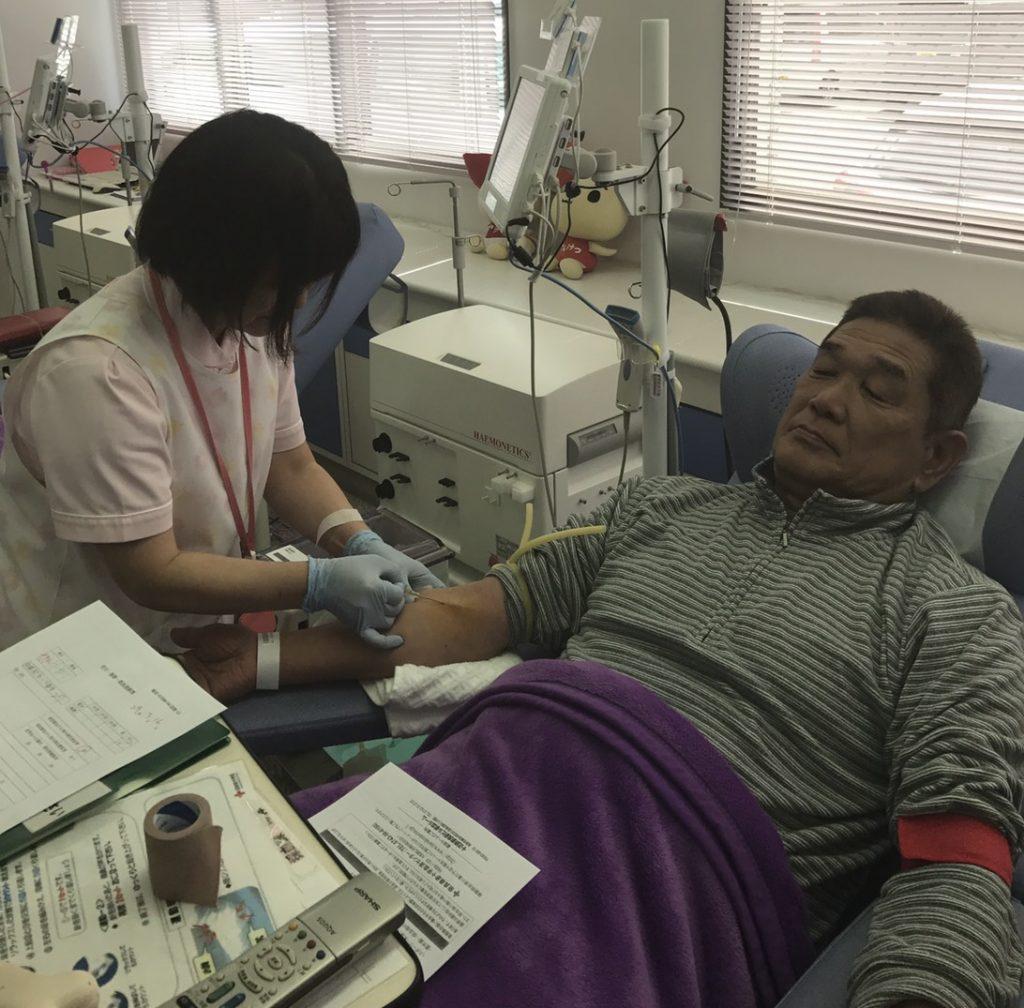 献血する新聞販売店の関係者