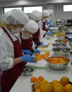 調理実習に励む学生