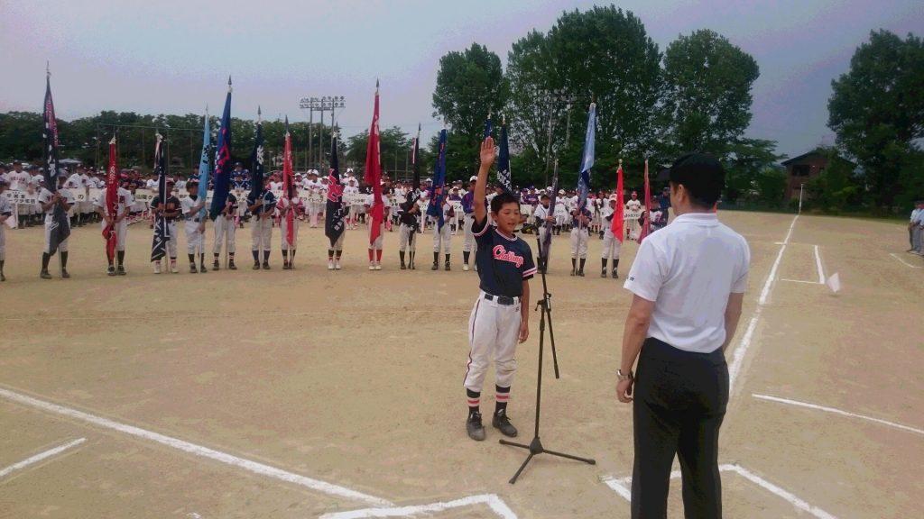 開会式で力強く選手宣誓する奈良チャレンジャーズの築山隆翔主将=柏木球技場