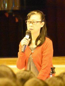 光明中学で講演する小森美登里さん