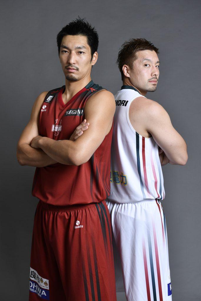 復刻版のユニホームを披露する本多純平選手(左)と小松秀平選手