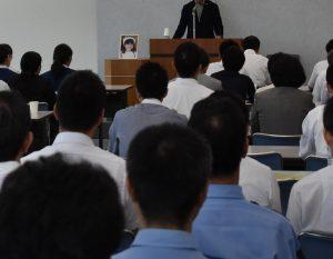 奈良県警本部で講演する池田小事件の被害者、本郷優希ちゃんの父親