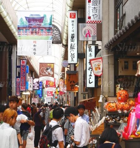 多くの外国人でにぎわう近鉄奈良駅近くの商店街