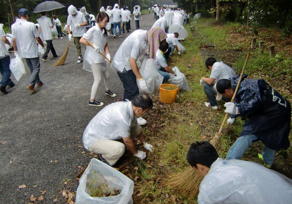 橿原神宮の参道で清掃活動をする奈良トヨタの社員