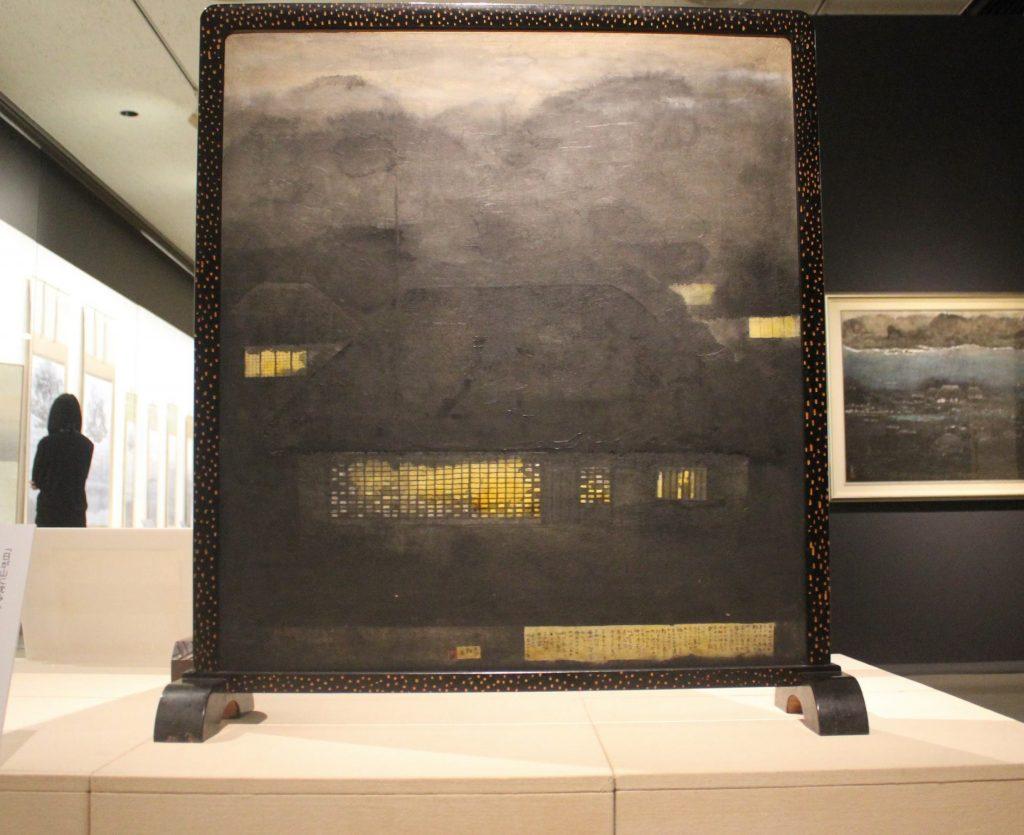 「ともしび(裏面 海)」(奈良県立美術館)。右下に文章が添えられている