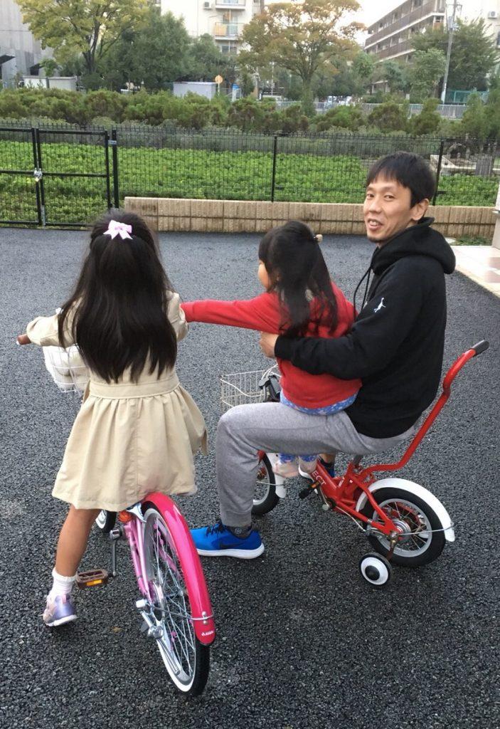 娘2人と遊ぶ石橋晴行選手(右)。最もリラックスできるひとときだ