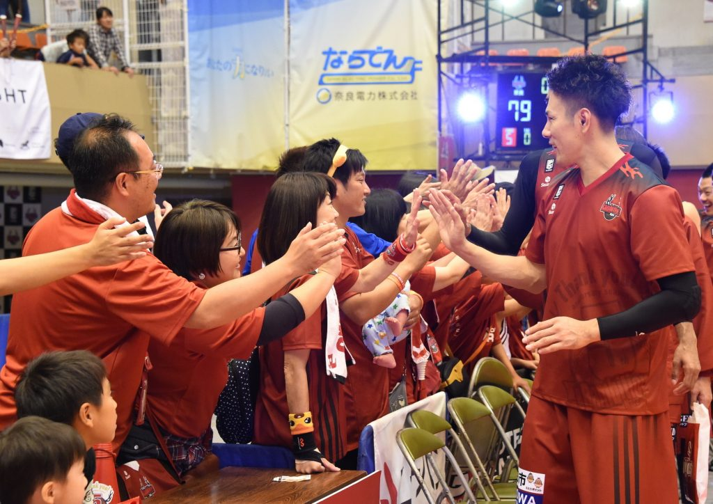 ブースターとハイタッチして勝利を喜ぶ寺下太基選手(右端)