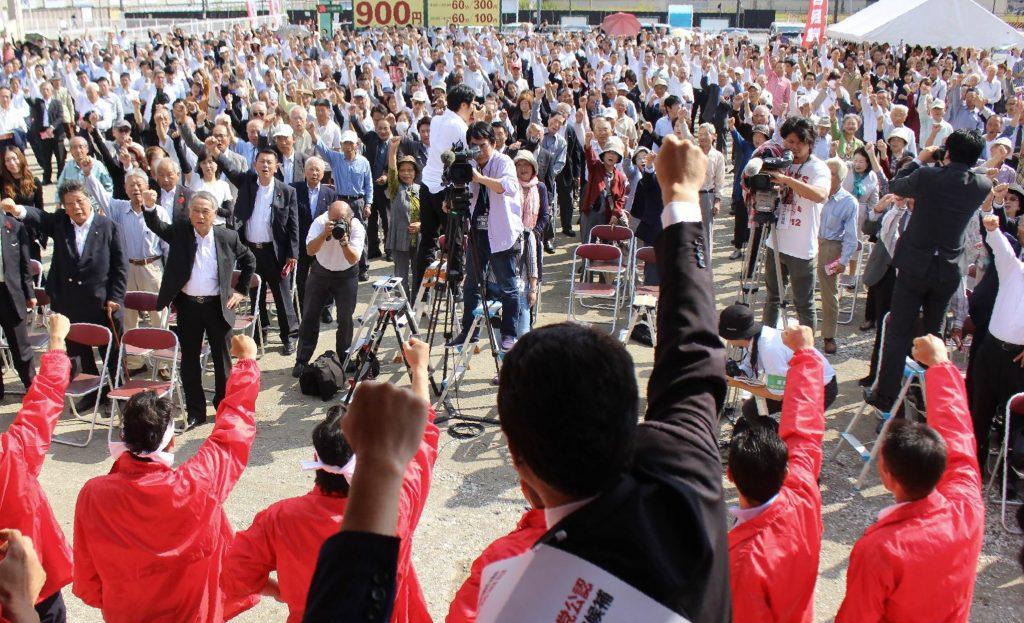 支持者らとともに「ガンバローコール」で必勝を誓う候補者(手前)。12日間の選挙戦の火ぶたが切られた