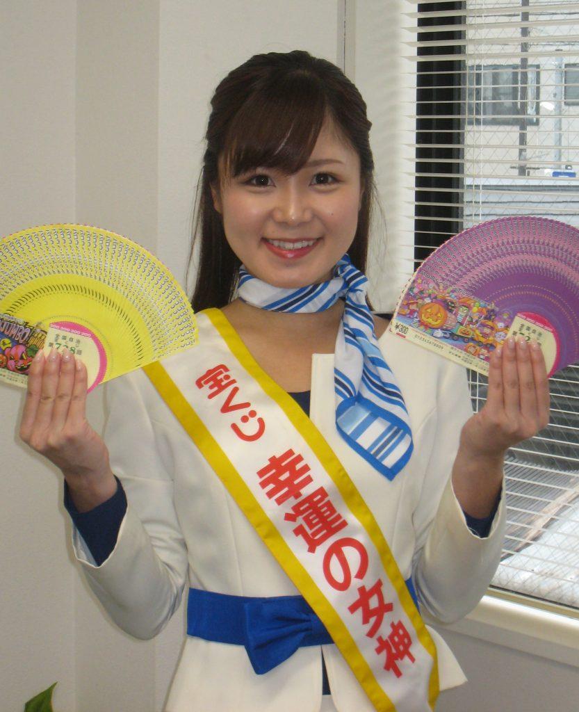 笑顔でPRする幸運の女神の染岡優希さん