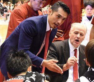 ゲーム中、ジェリコ・ヘッドコーチ(右)の指示を同時通訳する仲西・通訳兼スキルコーチ