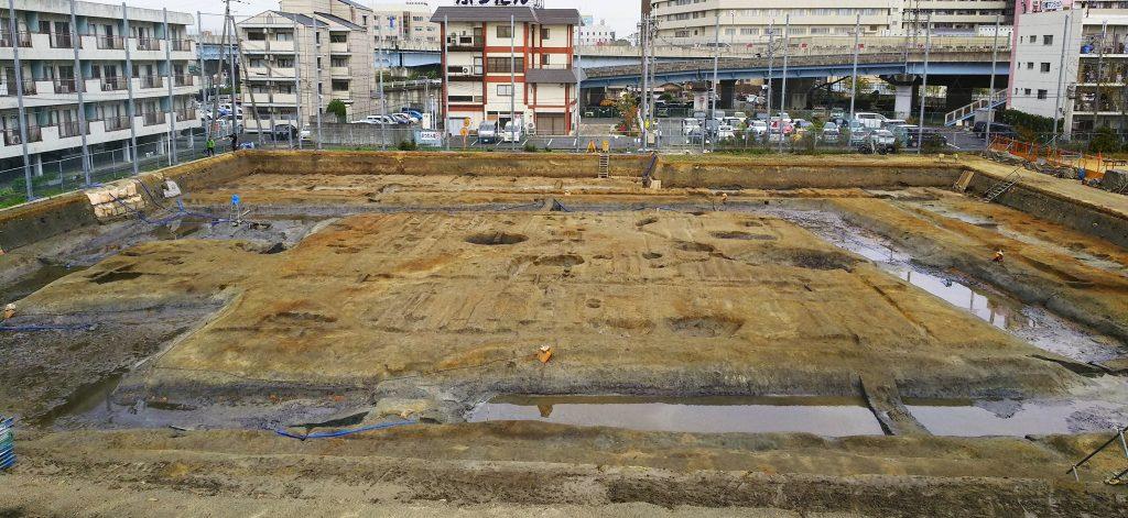 ほぼ全面的に発掘された四条1号墳。北側(奥)で外濠が新たに見つかった=奈良県橿原市
