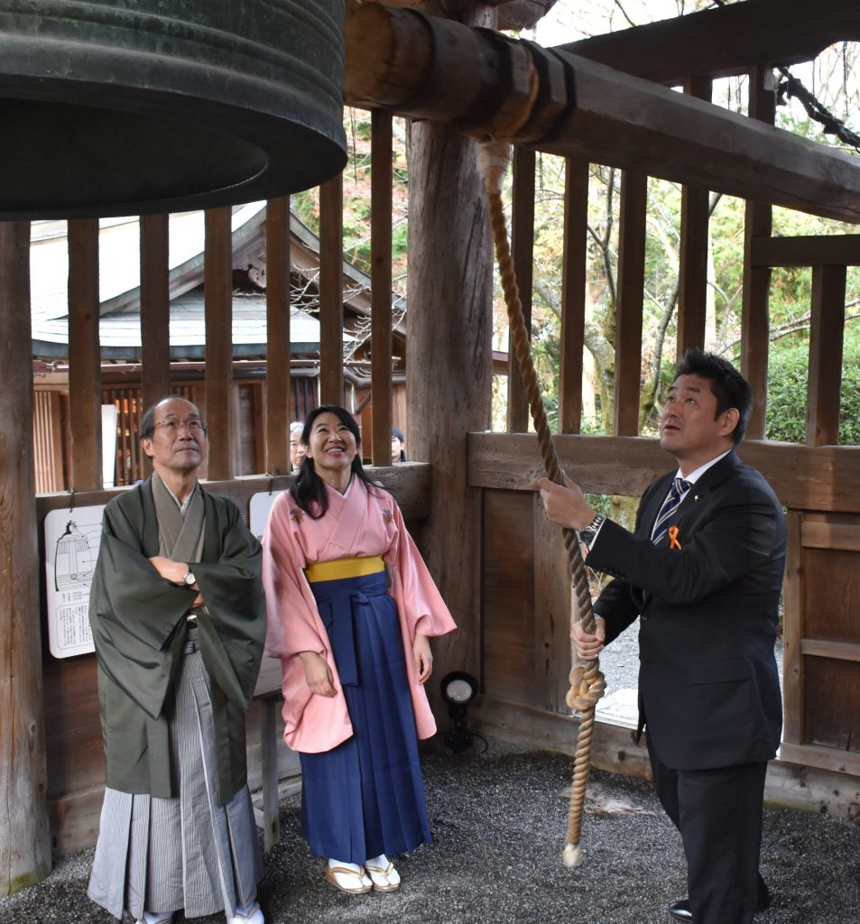 サミットに先立ち、日本三名鐘の一つ「三井の晩鐘」を鳴らす(右から)仲川市長と越市長、門川市長