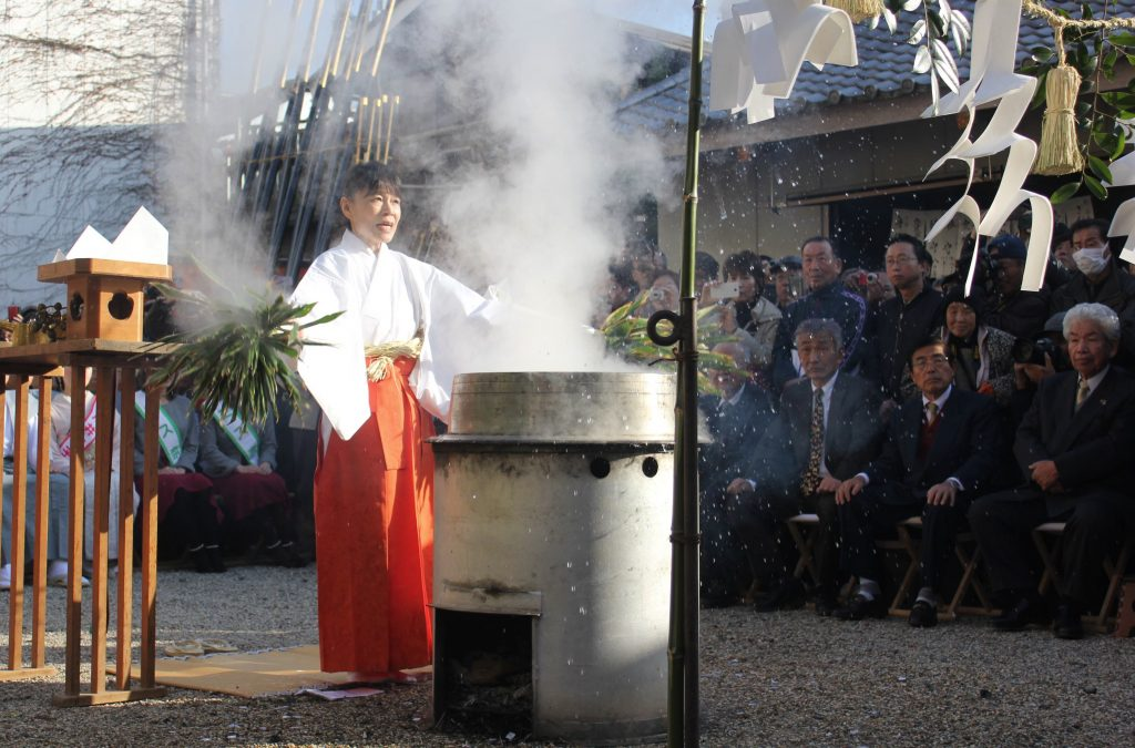湯立神事では神聖な湯気が立ち上り、湯が振りまかれた=奈良市の春日大社大宿所