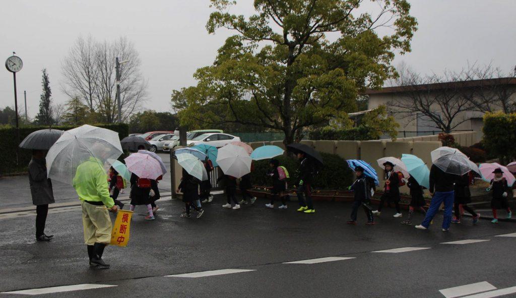 被害女児が通う小学校。事件から一夜明けた朝、児童は地元住民らに見守られながら登校した=生駒市