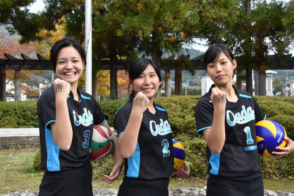 ホーズを決める(左から)沢村優衣さん、津留智花さん、岩後結羅さん