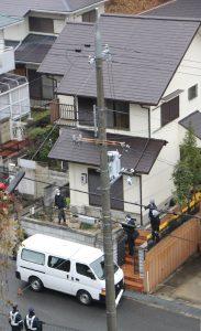 犯行現場となった千阪利恵容疑者の自宅で現場検証する県警の捜査員=生駒市