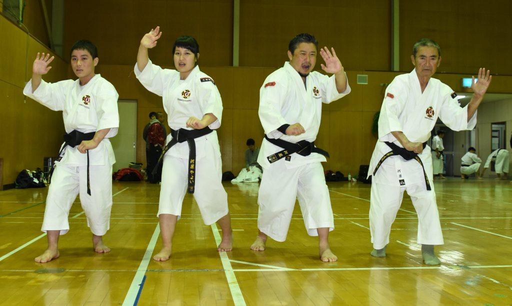 型を決める(右から)河原弘さん、章二さん、やよいさん、真二さん