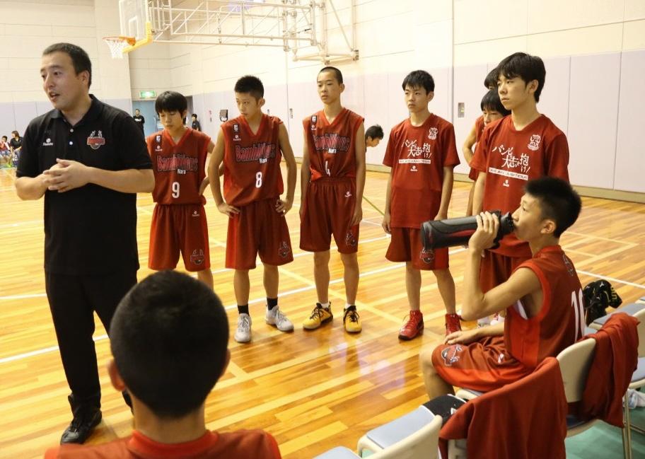 ユースチームの指導をする工藤和樹スクールコーチ(左)