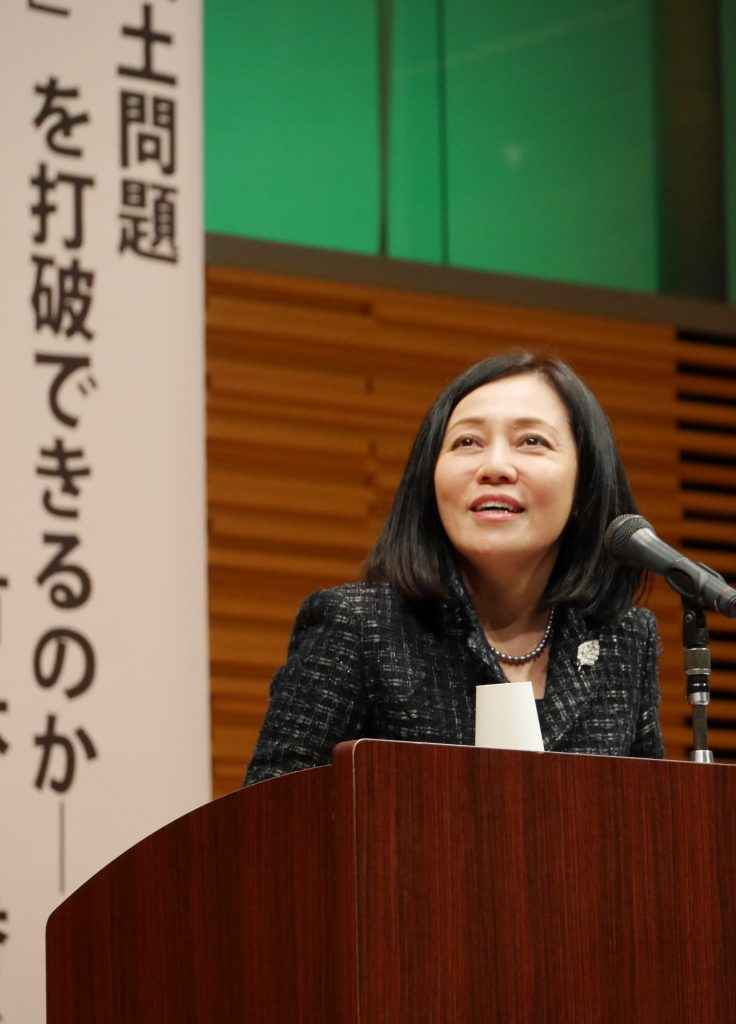 県民大会で講演する有本香さん