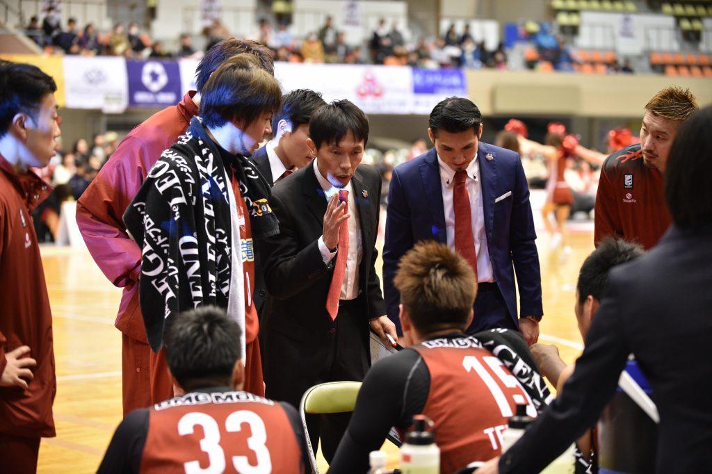 ゲーム中、身ぶり手ぶりで指示を出す石橋晴行ヘッドコーチ(中央)
