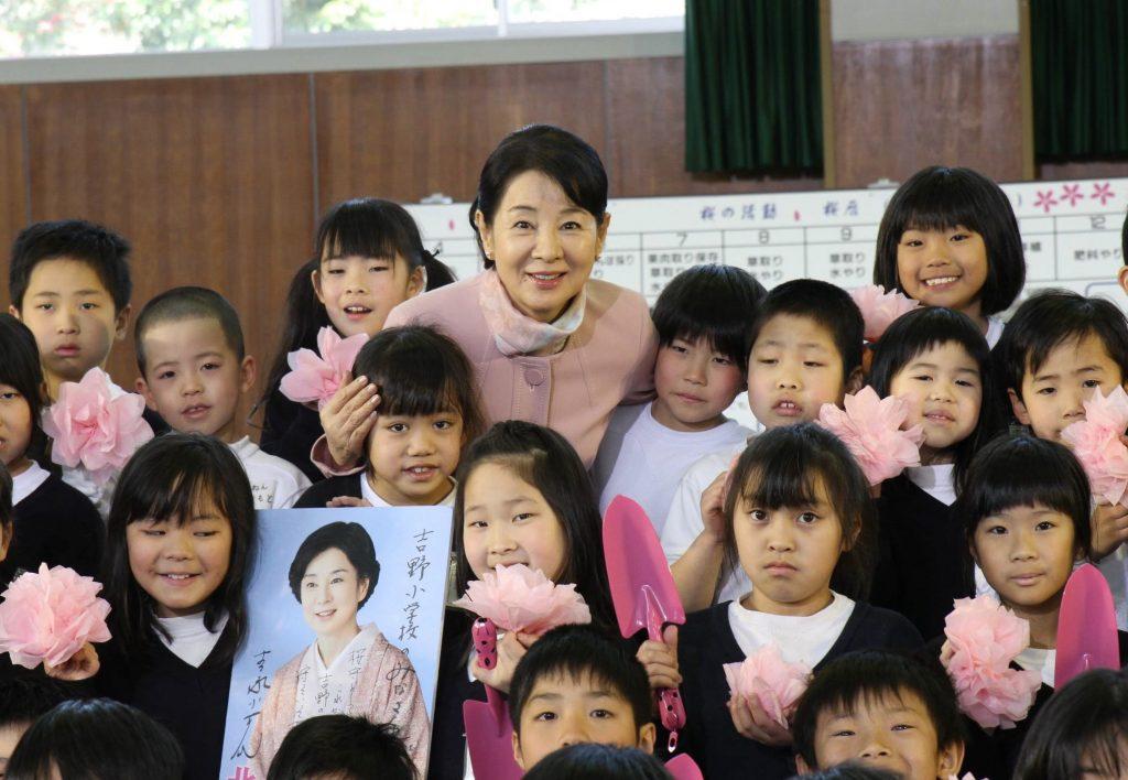 児童と笑顔で写真を撮る女優の吉永小百合さん