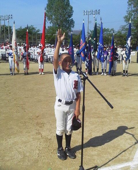 元気いっぱいに選手宣誓する、かすみのの関優心主将=奈良市の柏木球技場